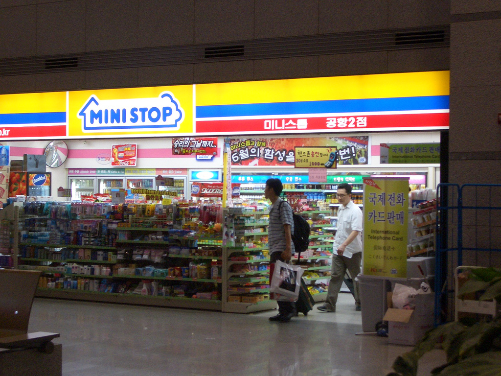 Among business owners and vendors, 89.9 percent said that work hours had increased compared to last year, which possibly meant that work intensity had gone up. (Image showing MiniStop Korea, courtesy by strikeael)