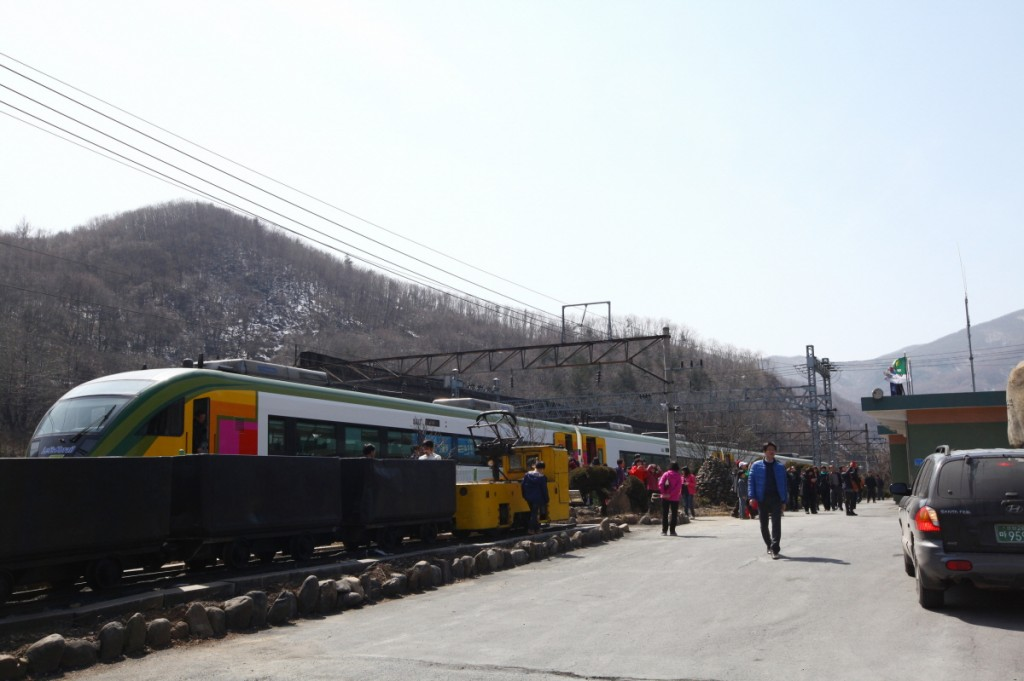The program begins at Cheongryang Train Station in the northeast of Seoul where vacationers take the train to Mt. Sorak, Jumun-jin, Jeongdong-jin, Buseok Temple, and Jecheon, taking the whole view of the Taebaek Mountain Range.