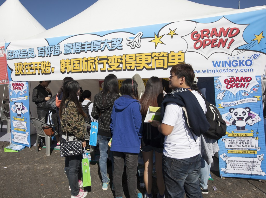 In the first half of this year, the number of Chinese tourists visiting Korea has surpassed that for Japanese ones. Still, Chinese tourists are having a hard time finding good travel information on Korea because the information is not well organized on the Internet. (image credit: www.wingkostory.com)