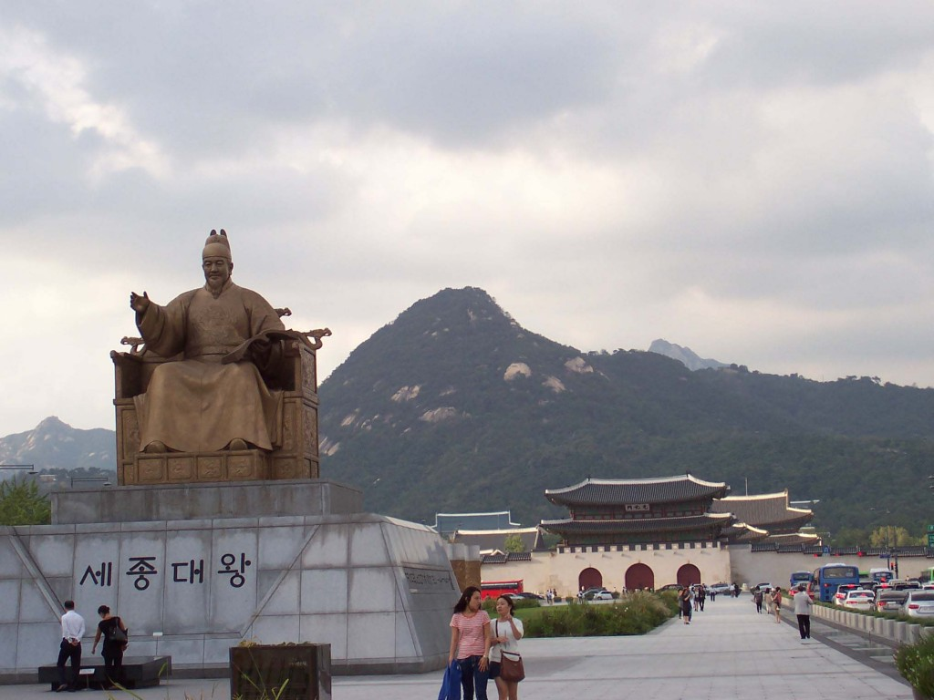 Gwanghwamun square (image: Wikimedia Commons)