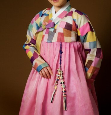 "[Kobiz Feature] ""Hanbok"" Slowly Regains Its Former Glory"