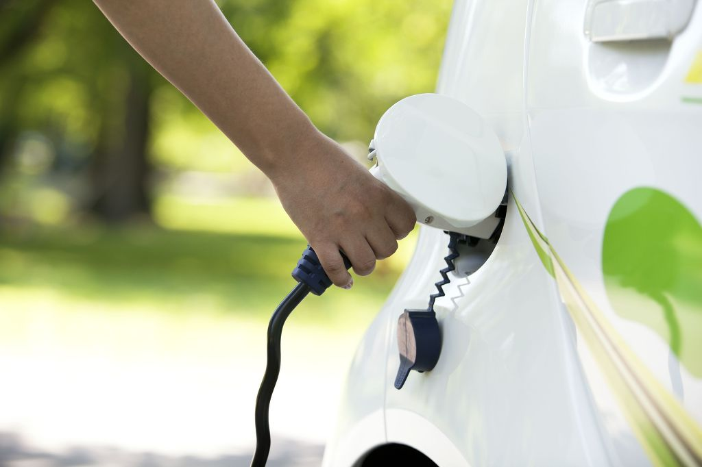 Given the mileage of electric cars currently available ranges from 90 to 150 km, car owners must charge about 10 times a month. (image: KobizMedia)