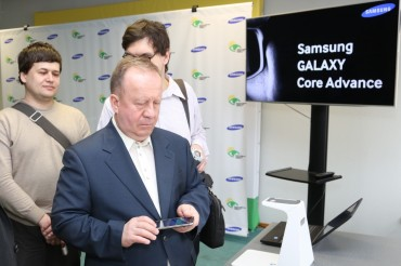 Samsung Gives away 2,000 Galaxy Core Advances for Visually Impaired Students