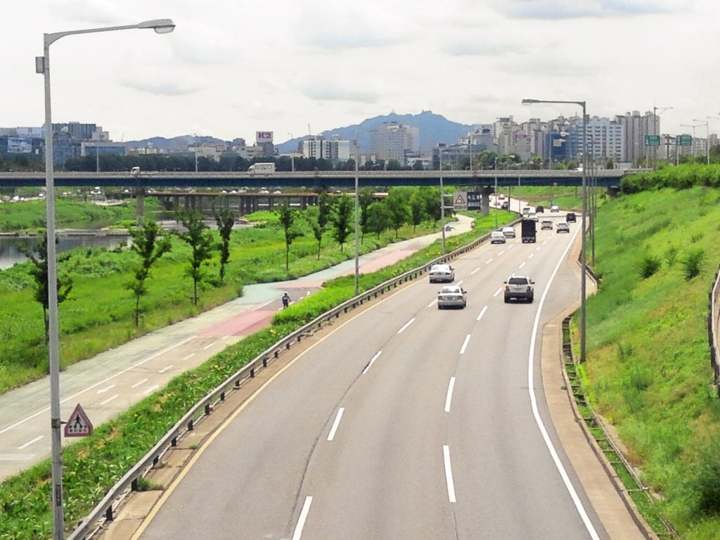 For the service, the ministry introduced the smartphone app for convenient reporting on any road nationwide. (image: Seoul Dongbu Arterial Highway Gunja Songjeong by Wikipedia)