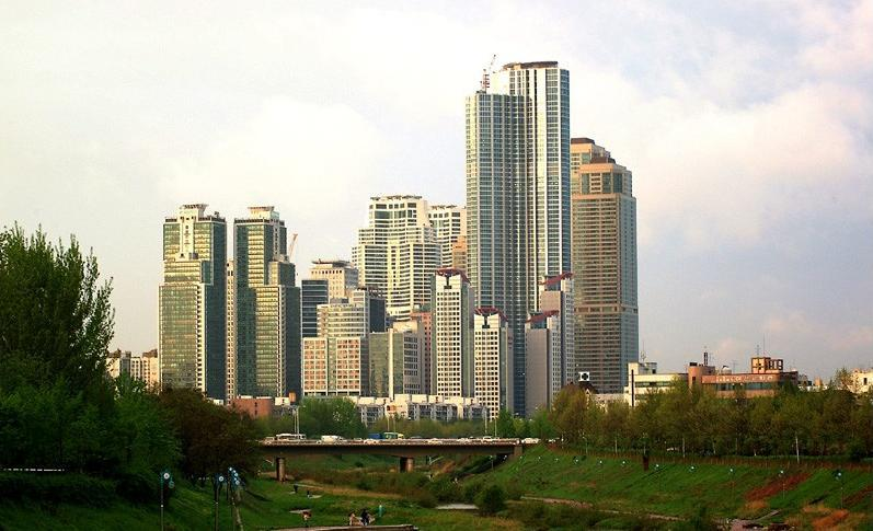 YangJe-Cheon(meaning Yangje stream) in Seoul's Gangnam District. The residential towers in this picture are renowned for their staggering sales prices. (Photo: Kim An-Soo/Wikimedia)