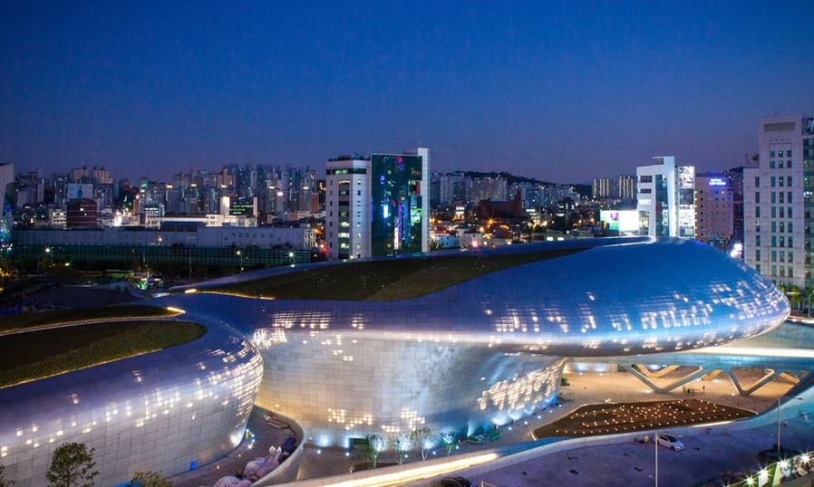 Given that the Dongdaemun Design Plaza admitted 150,000 visitors last weekend alone, it is expected the design plaza will no doubt contribute to revitalizing the commercial activity in the district. (image: Seoul Metropolitan Government)