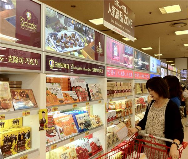 Lotte Mart, one of Korea's largest discount retailers,plans to implement differentiated marketing activities by taking into account ofthe different preferences between Chinese and Japanese tourists. (image:Lotte Mart)