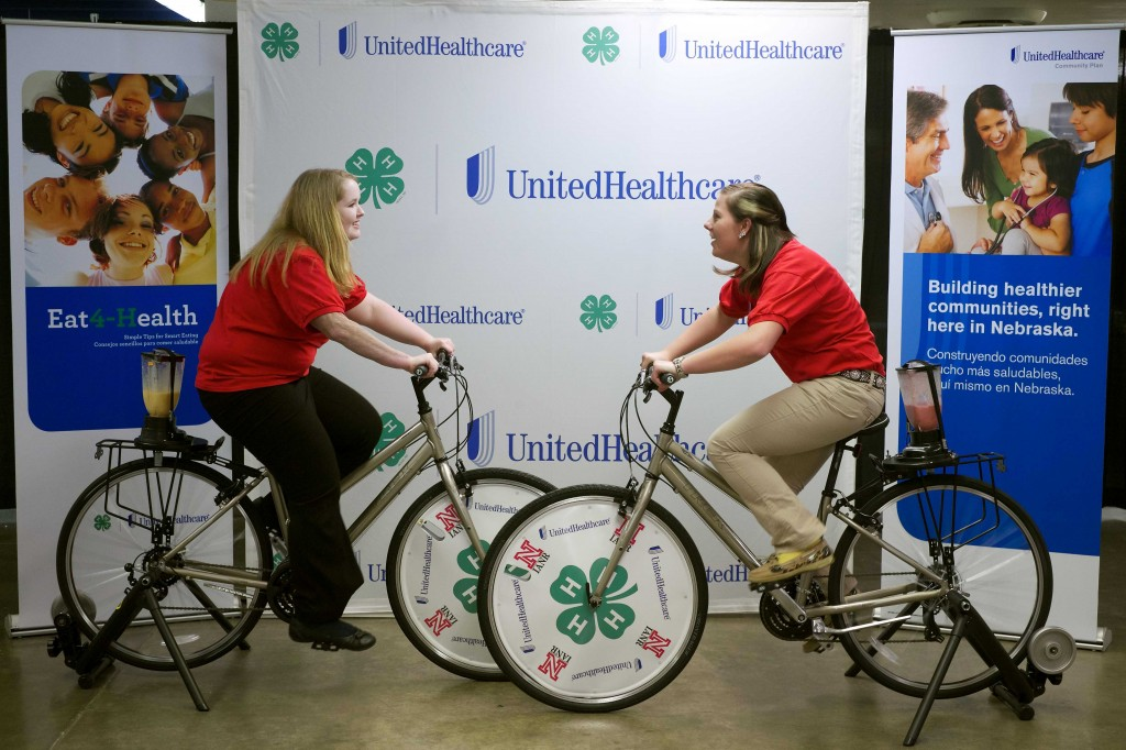 """4-H youth trained through UnitedHealthcare and 4-H """"Eat4-Health"""" partnership make special presentations and share tips, recipes and lead fun exercises at the State Leadership Conference for Nebraska's FAMILY, CAREER AND COMMUNITY LEADERS OF AMERICA (FCCLA) (image: Chad Green/ BusinessWire)"""