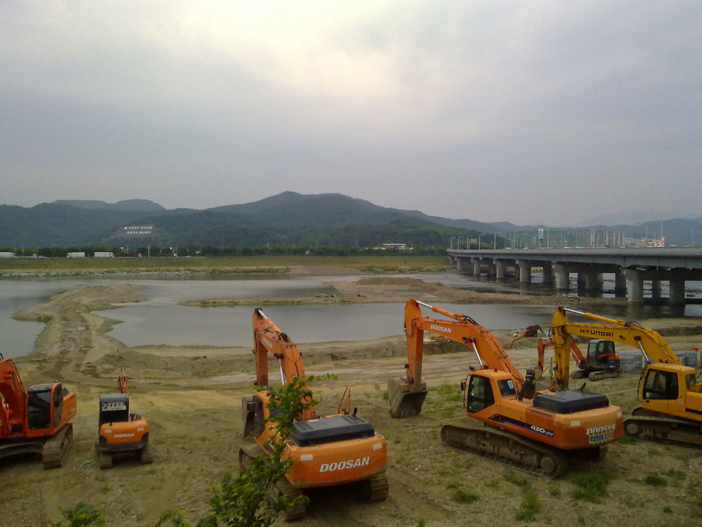 The Lee Myung-bak government spent more than 22 trillion won ($20 billion) on the Four Major Rivers Restoration project. And the Park administration is expected to spend more than 20 trillion won over the next five years to keep water quality in the rivers from becoming worse, according to government data. (image: Wikipedia)