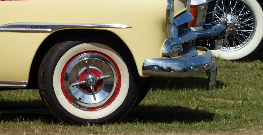 Vintage cars like to be looked after. They often require a special type of tyres, so if need to replace them, make sure you are properly informed. (image: SKd'U)