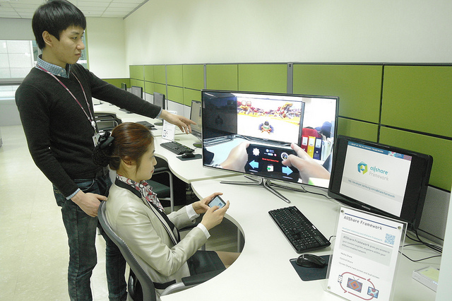 Private sectors also support the local low-budget app developers. Samsung Electronics, in this regard, provided the Center for Mobile App Developers, OCEAN, to offer broader support for developers. (image: samsungtomorrow)