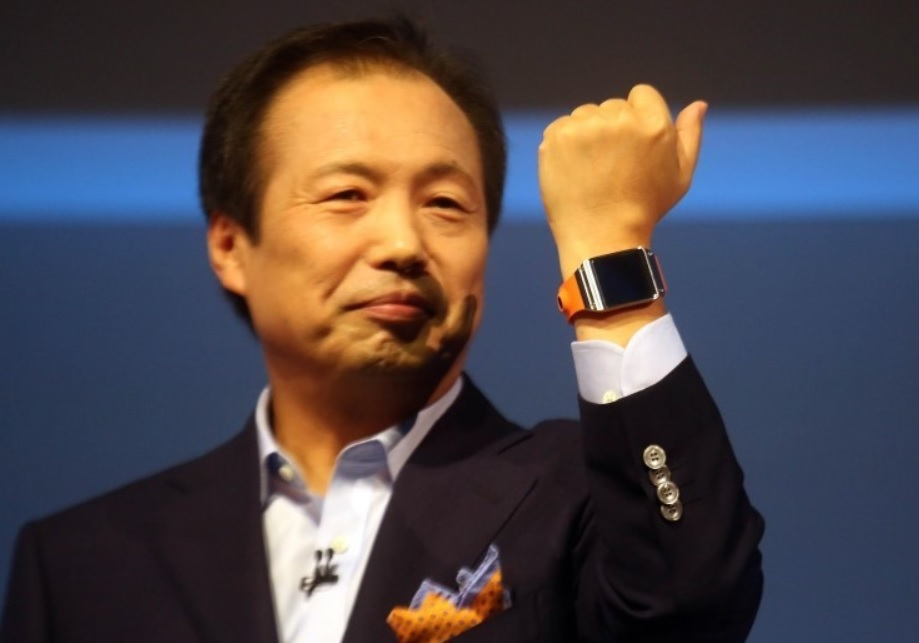 Samsung co-CEO J.K. Shin shows off the new Galaxy Gear smart watch. (image: Samsung Elecs)