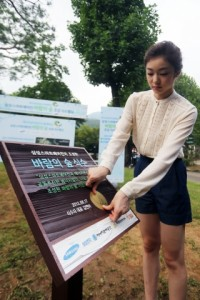The queen herself was there to attach her name plate on the groundbreaking ceremony.(image:Samsung Electronics)
