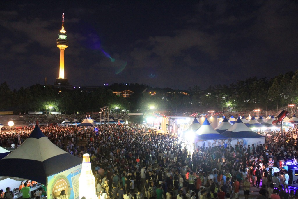 "The Daegu Metropolitan City, hometown of Korean fried chicken, is now staging a ""2014 Daegu Chimac Festival"" from July 16 to 20 at Duryu Park within the city to offer flavor of the all-time Korean favorite combination of chicken and beer. (image: 2014 Daegu Chimac Festival)"