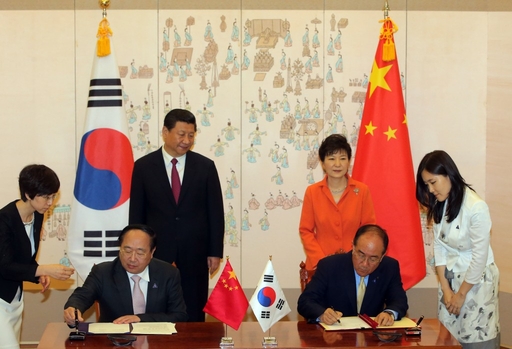 Lee Duk-Hoon, Korea EximBank president(front right), signed the agreement with his counterpart Li Ruogu at the Presidential Palace on the 3rd, with Korean President Park Geun-hye and Chinese President Xi Jinping in attendance. (image: Korea Eximbank)