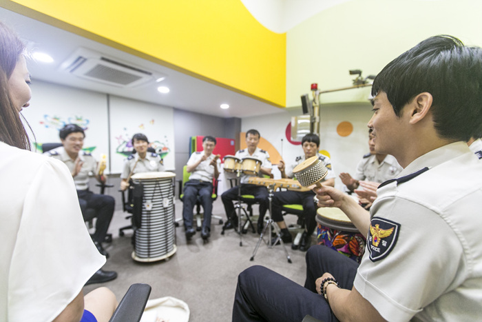 Through the program, the police officers can build up their inner strength coping with their job more effectively while attaining self-expression capabilities, sense of accomplishment, and positive attitude in their line of work. (image: Seoul Foundation for Arts and Culture)