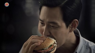 "Luxury But Funny ""Food Gobbling Scenes"" of Gentle Actor"