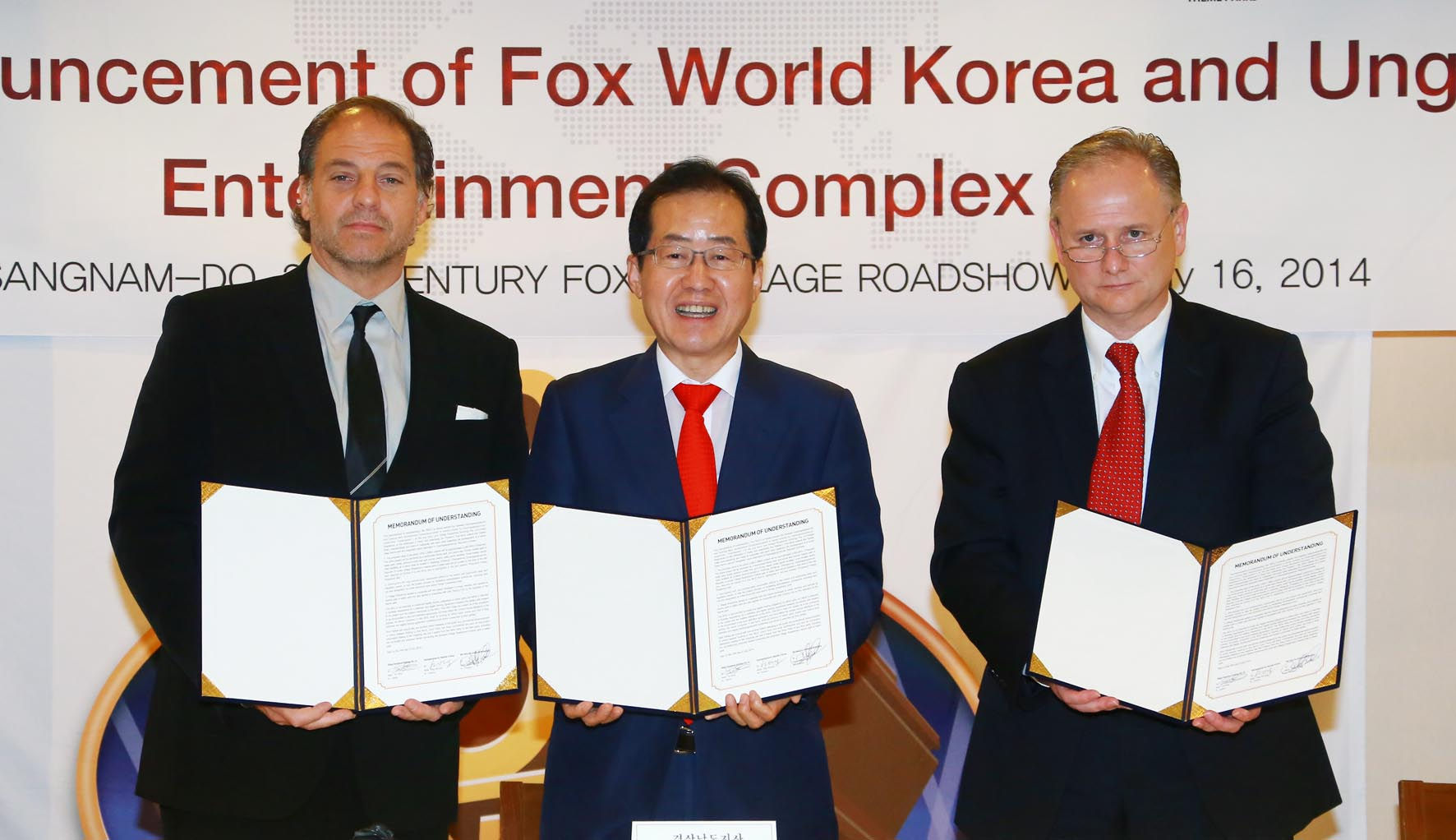 Governor Hong Joon-pyo, Gyeongsangnam-do Province, Jeffrey Godsick, president of Twentieth Century Fox Consumer Products, and Tim Fisher, CEO of Village Roadshow Theme Parks, announced the signing of MoU agreements to plan for Korea's first international theme park and resort destination, 20th Century Fox World. (image: South Gyeongsang Provincial Office)