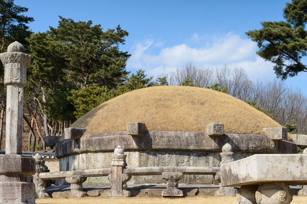 Korean people make a grave for the deceased in their family burial ground, usually located in their home town or countryside. (image: Kobizmedia/ Korea Bizwire)