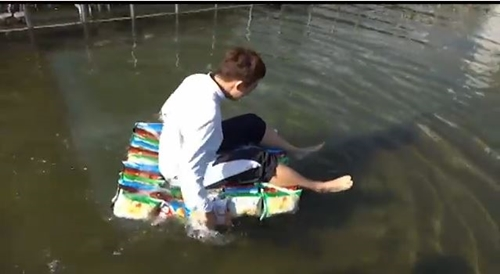 College Students Paddle across Han River in Nitrogen Snack Bag Raft