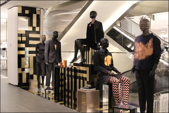 The department store selected 15 kinds of mannequins out of 300 various posed ones it has researched. (image: Galleria Department Store)