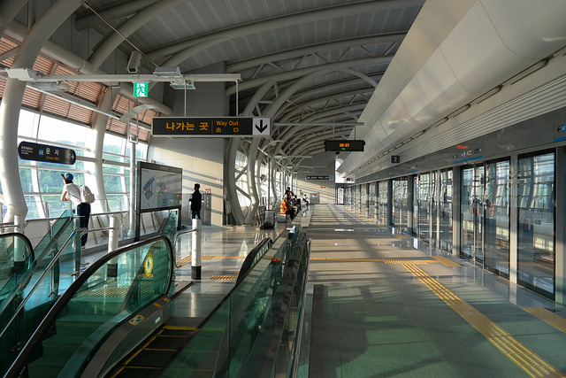 Foreigners gave thumbs-up to highly efficient public transportation systems like informative services for transfers and bus/subway arrivals. (image: TF-urban/flickr)