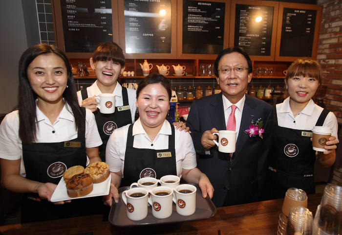 The café with the size of 61 square meters will be run and managed by four immigrant women who underwent a Barista course since last February. (image: Samsung Group)