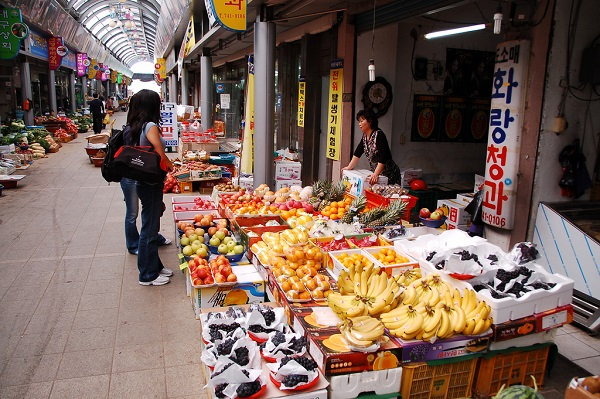 the total sales of goods from traditional markets across the country halved only in 12 years. (image: Wikipedia)