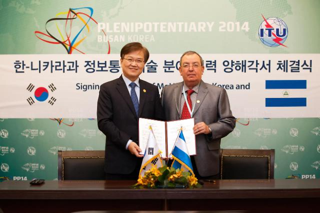 Korea signed the first memorandum of understanding with the Nicaraguan government in the field of ICT. The specifics of the agreement are related to the all-out collaboration in ICT including software, high-speed Internet, digital contents, big data, and the relevant workforce education. (image: Ministry of Science, ICT and Future Planning)