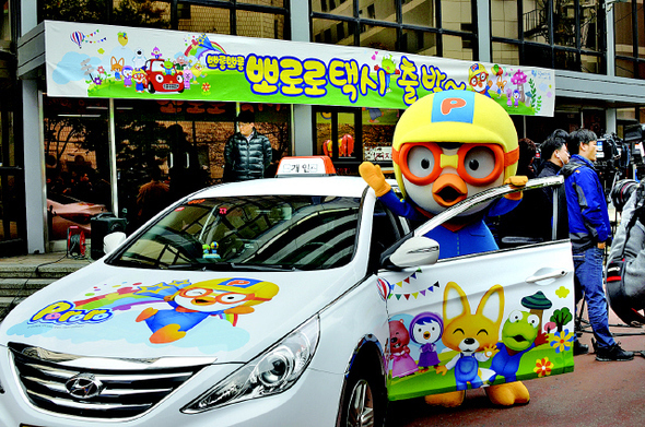 The Seoul city government modified 20 owner-driven taxis with images of the popular cartoon penguin Pororo, and has launched a pilot project that will continue until May next year. (image: Seoul Metropolitan Government)