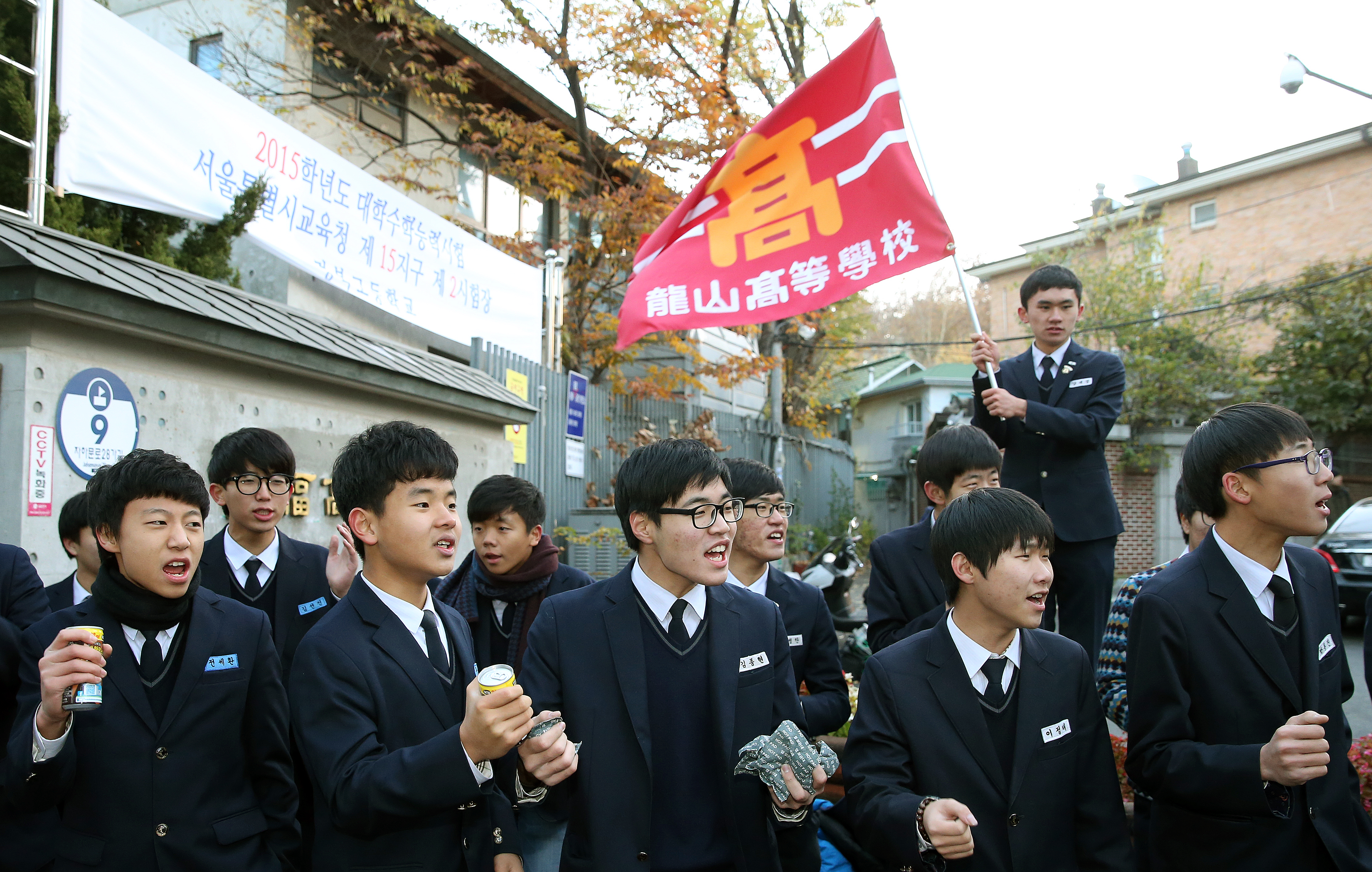 Students are encouraging their seniors and wish them best luck for the exam (Image: Republic of Korea/ Flicker)