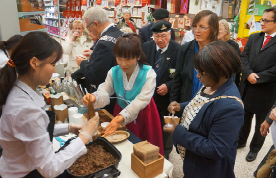 At ten stores, special events are being held to provide customers who are not familiar with the food with a chance to taste K-foods such as bibimbap, bulgogi and kimchi. (image: Homplus)