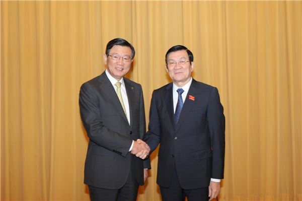 On Nov. 17, he met Vietnamese President Truong Tan Sang and discussed the economic situations of Korea and Vietnam. (image: Kumho Asiana Group)
