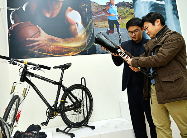 With the government, Hyosung plans to boost the carbon fiber industry to export 10-trillion-won carbon fiber products by 2020. (image: Hyosung)