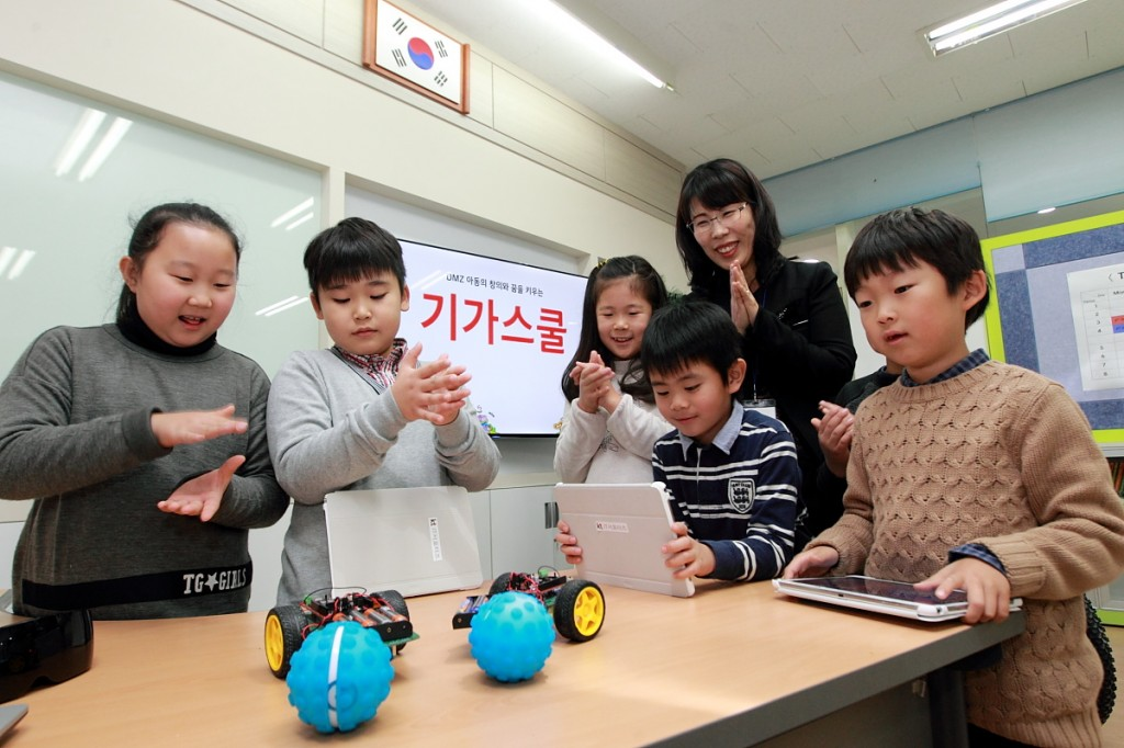 "On November 26, KT opened a ""GiGA School"" at Daeseong-dong Elementary School, part of its bid to narrow the educational gap between remote areas and metropolitan cities with its fast internet connection. (image: KT)"