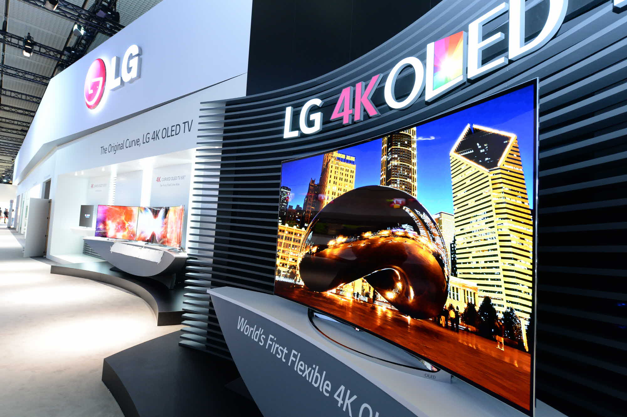 LG's 77-inch flexible 4K OLED TV allows viewers to adjust the degree of curvature depending on the size of the audience or type of content being viewed. (image: LG Elecronics)