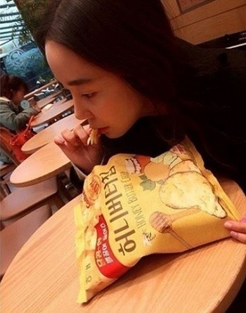 Some Korean celebrities who managed to get the snack posted photos of themselves grabbing the item on their Twitters. (image: Soy Instagram capture)