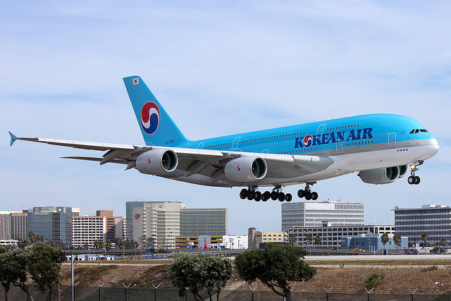 Korean Air ticket reservations are in decline, and its stock price is lagging behind its competitors ahead of the peak winter season. (image: Charlie_tj/flickr)