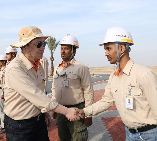 Kim paid a visit to his employees working on the construction project in Bismayah, Iraq, in order to review progress at the site and cheer them up. (image: Hanwha)