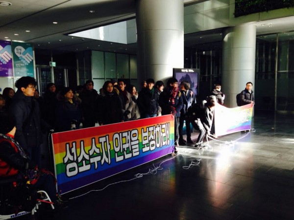 About 50 of the LGBT rights activists gathered at the lobby of the City Hall from 11 am on Dec. 6 and protested the mayor's remarks. (image: Redian)