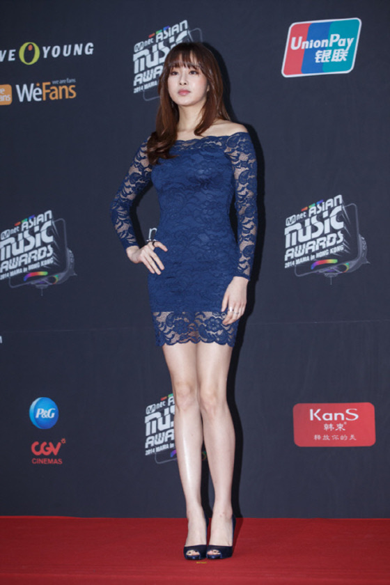 Her sexy blue lace dress that looked a very expensive designer brand turned out later it was a dress from H&M costing only 39,000 won (US$35). (image: CJ E&M)