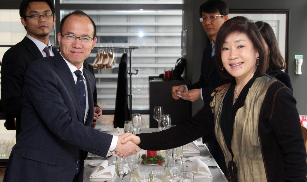 Guo Guangchang, chairman of Fosun Group(left) and Kim Kyung-hee, chairperson of Konkuk University (image: Konkuk Univ.)