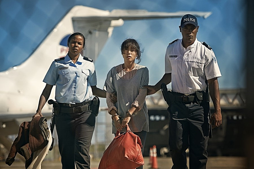 The prosecutors arrested the real criminal Jeon on an airplane departing from Amsterdam Airport after receiving information on his whereabouts from the Surinamese Government. (image: still photo of the film Way back Home)