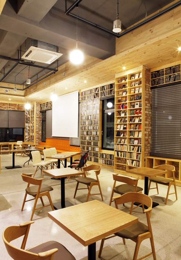The Film Library is now home to 15,000 video clips, 3,400 film themed-books and 2,000 film magazines. (image: Jeonju Movie Hotel)