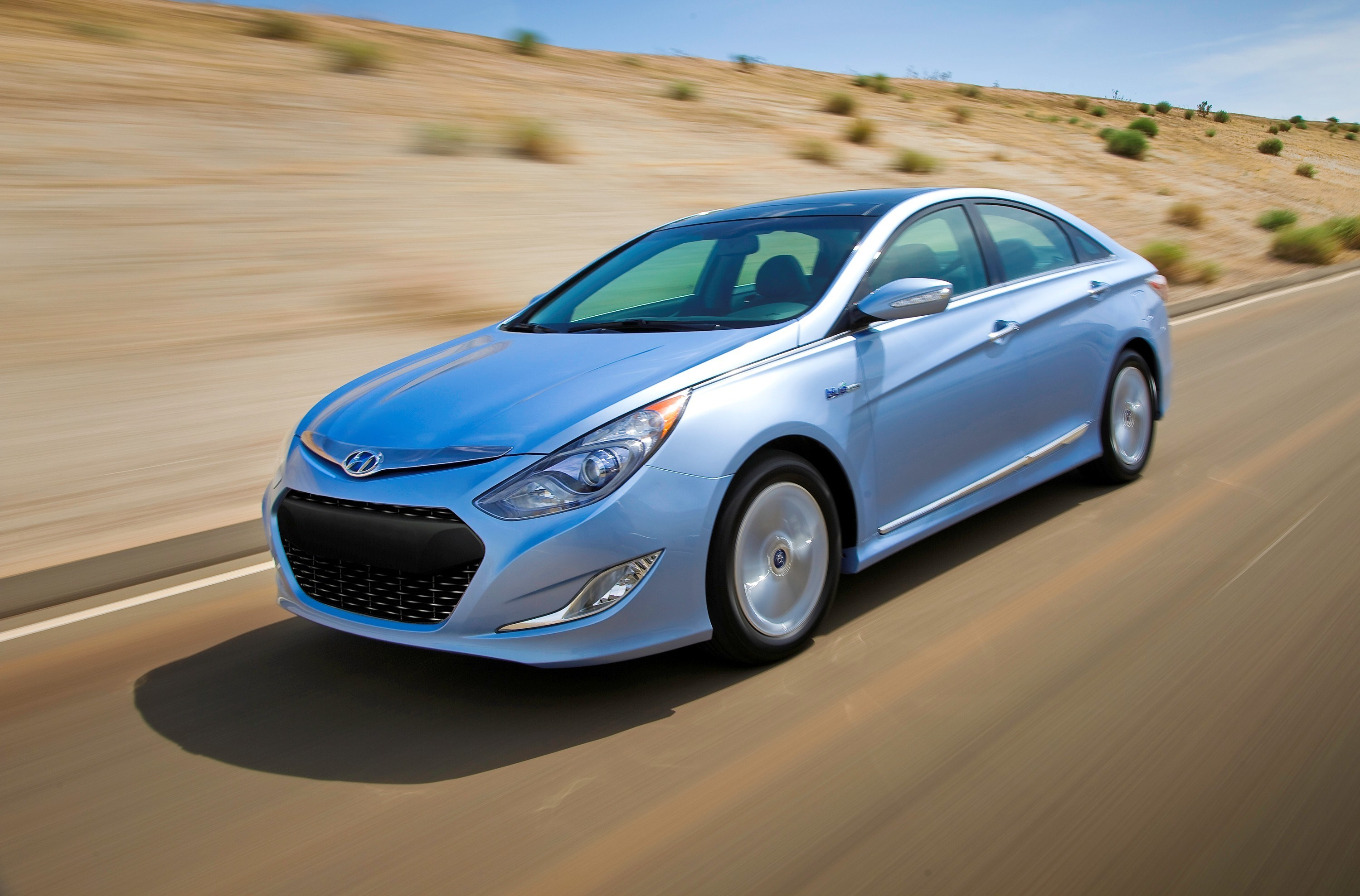 Hyundai Motor said it plans to sell 18,000 units of its new Sonata hybrid in the local market this year, as well as expand the green car market at home by building all-wheel drive green cars and next-generation plug-in hybrids. (image: Hyundai Motor)