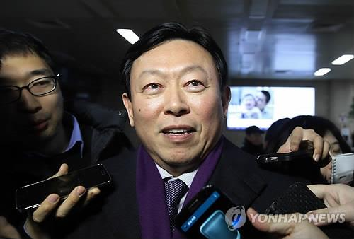 Shin Dong-bin, the younger son of Lotte Group Chairman Shin Kyuk-ho, answers questions upon his arrival in Seoul from his trip to Japan on Jan. 13, 2015, amid speculation that he may succeed his 93-year-old father. (image: Yonhap)
