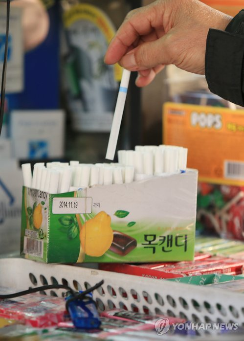 So called 'loosies,' single cigarettes that were popular at small shops in the eighties and nineties, are also making a comeback. (image: Yonhap)