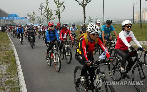 SK Telecom said it is vital for two-wheelers to be equipped with security measures, as the number of bicycle-theft cases has been on the rise, with the figure reaching 15,774 in 2013, soaring from the 4,915 tallied in 2008. (image: Yonhap)