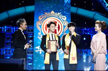 EXO Honored as Best Global Idol Group at the 14th Huading Awards in China