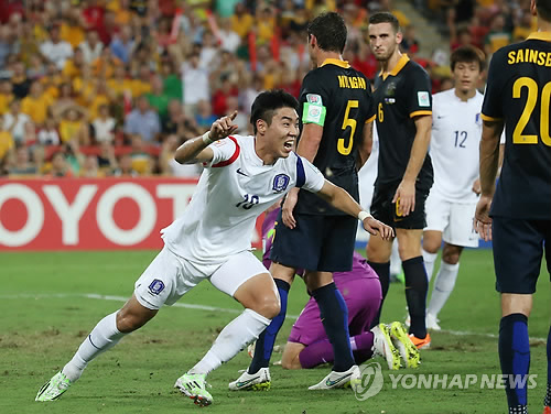 South Korea's rookie striker Lee Jeong Hyeop in the first half marked the game-winning shot at 1-0 victory over Asian Cup hosts Australia in Brisbane on Saturday. (image: Yonhap)